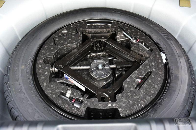 广汽菲亚特Ottimo致悦于3月7日在上海正式上市,推出了5款车型,分别为手动挡时尚版/舒适版两款车型,以及双离合的时尚版、舒适版和豪华版三款车型,售价区间10.88-15.88万元。另外,致悦运动版车型将会4月北京车展正式亮相。致悦是一款由菲亚特全球设计中心副总裁Roberto Giolito及团队在菲翔的基础上专门为中国市场设计的紧凑型两厢车。该车采用扁长的椭圆形中网格栅与宽大的梯形下格栅一体式设计。保险杠的设计更加运动,下部是黑色的大尺寸进气格栅,凹凸有致的横条格栅与上部是一脉相承的设计,雾灯的设计