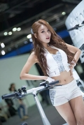 丰满可爱韩国车模展台遭围观