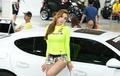 韩国宅男女神汽车展台上靓丽迷人