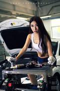 长腿姐妹花变修车女工 修车厂内撒香汗