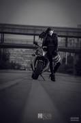 摩托车女郎率性十足 火辣红唇勾人心魄