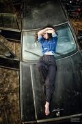 性感美女极致魅惑 废车场演绎颓废大片