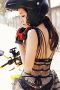 美艳女摩托车手 黑色洞洞衣难掩性感身材