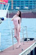 富豪玩游艇标配 游艇女神穿比基尼傍大款