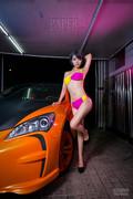 车库上演湿身诱惑 美女穿比基尼洗车