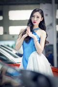 网红做车模笑容甜美裙摆飞扬