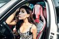 豹纹女郎被宝马车带走 上演速度与激情