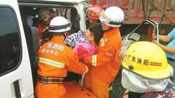 粤北高速路又现追尾事故 商务车司机被卡