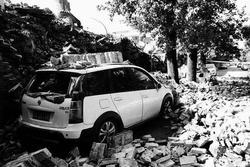 西安一小区围墙突然倒塌 砸坏三辆私家车
