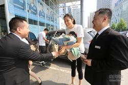 中德宝BMW十年老店举办奥运冠军交车仪式