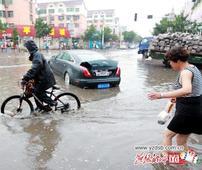 暴雨让开平区汪洋一片 多个车辆几被没顶