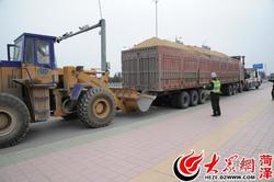 改装货车超载百余吨 动用两辆拖车才拖走
