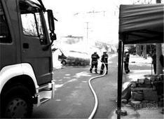 礼炮车迎亲路上突然自燃 车上两气瓶冒火