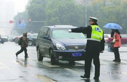 斑马线上司机未停车让行 成都开首张罚单