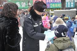 学期伊始 女警走进校园开展交通安全宣传