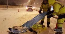 请不要轻视生命 雪天行车请避让环卫工人