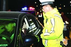 男子无证酒驾被查 不敢开门报假名被拘留