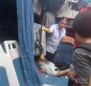 福州一公交行驶中遭钢筋击穿 一乘客眼睛受重伤