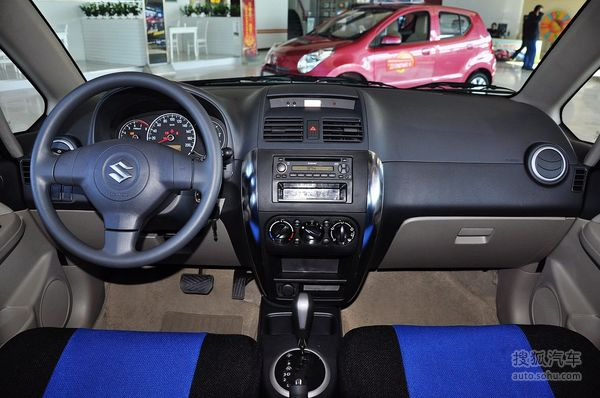 新车]日前,长安铃木官方宣布旗下铃木天语SX4经典款正式上市,共推出两款车型,售价7.98-8.98万元。新车采用老款天语SX4的外观设计,并对配置进行了一定的升级。   【配图为老款天语SX4】