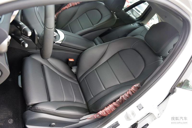 在本届的深港澳车展上,新C级旅行车正式上市,暂时仅推出C200旅行版一款车型,售价为 41.9万元,这一代的C级旅行车还是以进口方式引进。新一代C级旅行车的车头部分与现款C级一样,同样有 奔驰经典立标和大尺寸品牌LOGO两种不同风格的前脸可选。而C级旅行车外观方面最吸引人的地方莫过于其不同于轿车版的流畅车身设计和优雅的臀部曲线。车身尺寸方面,该车长度为4702mm,轴距为2840mm。常规状态下新车的行李厢空间为490L,在后排座椅放倒后其拥有1510L的空间。此外,该车后排座椅也可实现4:2:4分