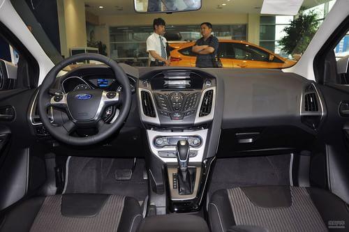 2012款福特福克斯三厢1.6L手自一体风尚型