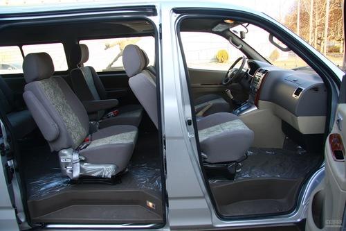 车辆驾驶起来更为安全.侧面线条很平直,符合它商务mpv的定高清图片