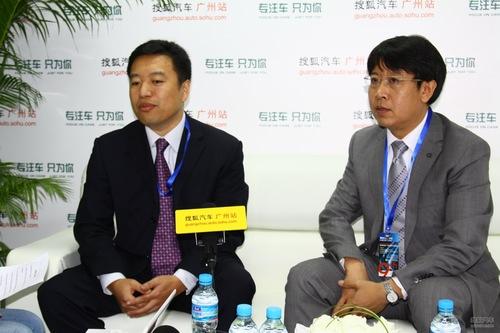 左一:一汽轿车销售公司副总经理崔大勇;左二:一汽轿车销售有限公司部长、高级工程师戴大力
