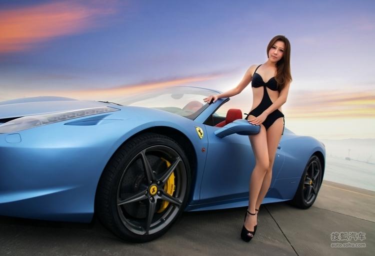 超性感比基尼美女与蓝色法拉利458的邂逅 车迷