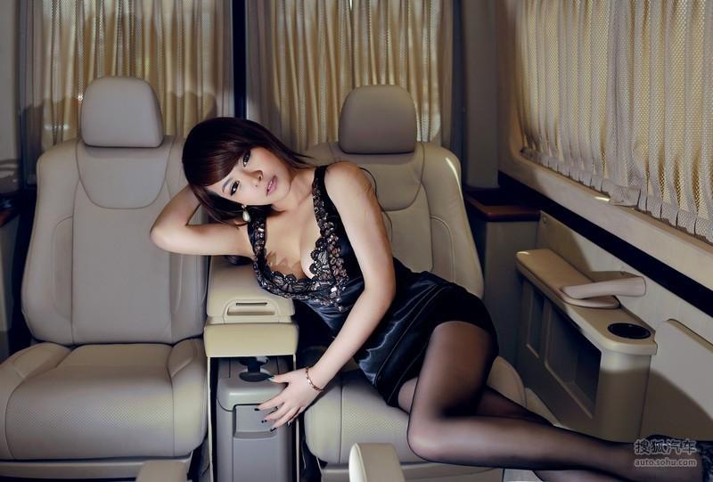 商务舱体验激情丰盈暧昧 美女车模