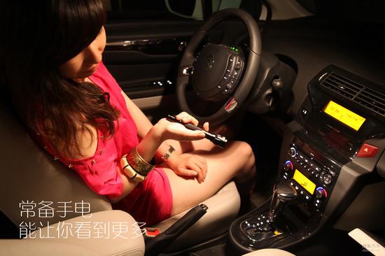 也看看外面情况吧,其实经常有夜晚出行开车的情况,随身携带一个手电是个好习惯。检查车辆内外的情况、后备箱里取东西、黑暗处停车等等,总之你会有很多时候需要一个能照亮的工具。