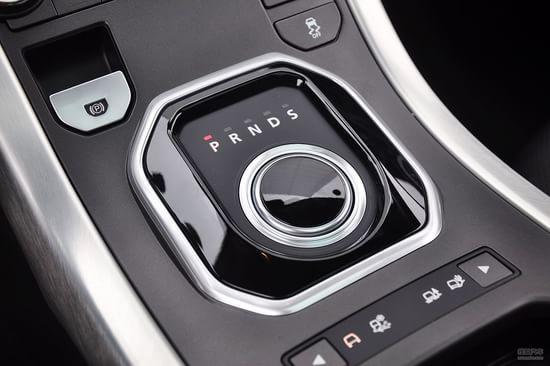 旋钮造型的电子换挡杆,时尚炫目,在车辆启动后会自动升起,这样的设计无疑是借鉴了它的兄弟品牌捷豹。说到启动,极光车型标配了一键式启动和免钥匙进入系统,另外在驻动方面也是才有一键式的电子手刹。   仪表盘采用双环炮筒式设计,边缘配以银色金属件点缀,整体充满运动气息。背景刻度采用水晶般剔透的自发光材料镶嵌,彰显典雅气质。位于仪表中央的5英寸电脑显示屏,可以让驾驶者随时了解到车辆的基本信息,包括水温、燃油、故障提醒和行驶模式等。   超大尺寸全景天窗的设计,无疑是该车的亮点之一,可以让你在白天时尽享明媚阳