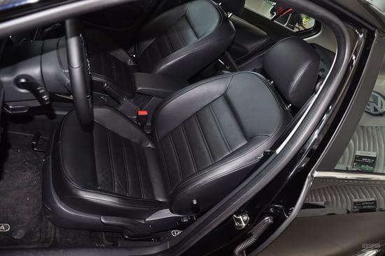 座椅配置最优:轩逸(绝招/驾驶员电动座椅调节)   座椅配置对比关系到一款车的乘坐舒适度问题,至关重要。四款车型都选用了很上档次的真皮座椅,并带有座椅高度调节功能。朗逸带有腰部支撑调节,带给驾驶员更舒适的坐姿。四者中最有亮点的要属轩逸,其为司机席加装了座椅电动调节,更为精准和方便。不过轩逸和朗动后排座椅无法放倒,对于大件行李的运输并不便利。除了福克斯没有后排中央扶手外,三款车型都拥有前后中央扶手,这也是一个非常使用的舒适性配置之一。