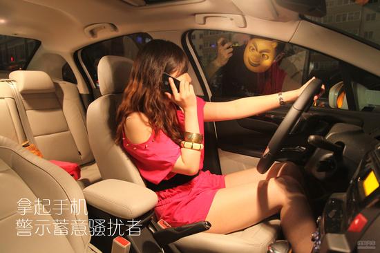 在陌生人的百般阻拦下,小楠停了车。骚扰者敲打车窗,希望能下车交流。