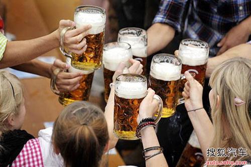 免费喝啤酒,工厂还发给每名仓库搬运工和运货司机