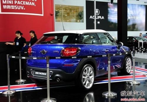 广州/这款创新的双门四座车型将动感而舒展的比例与强悍的姿态结合在...