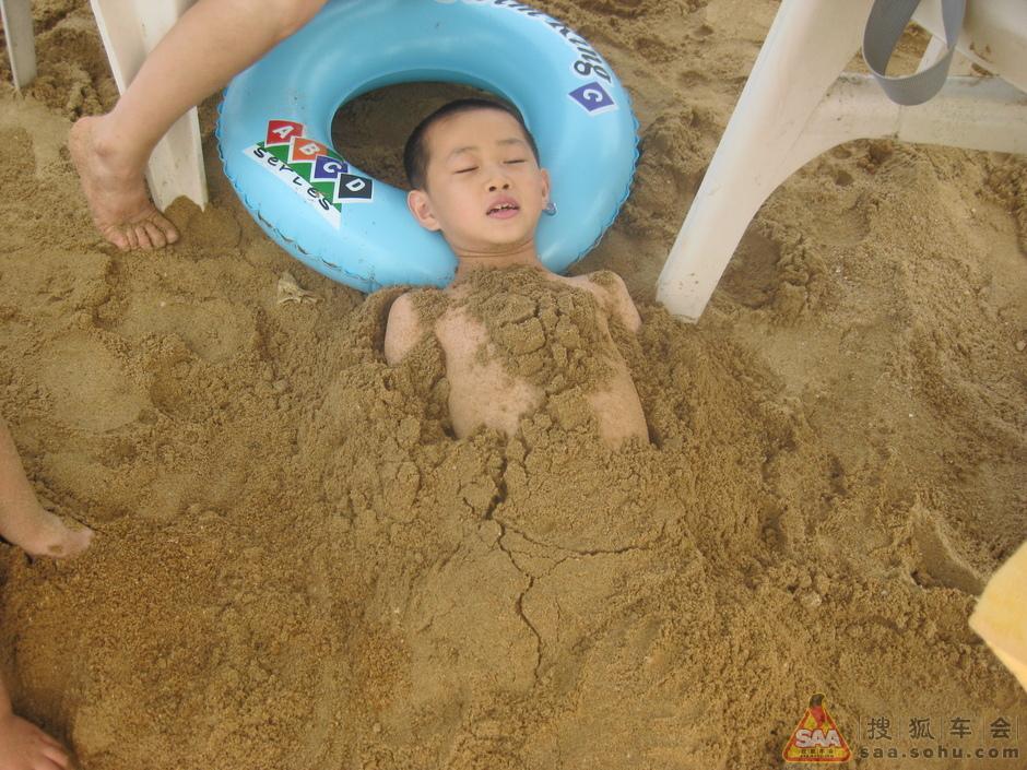 孩子们在海边玩沙 二
