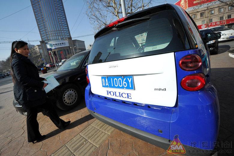 """2月8日,济南,一辆奔驰smart""""迷你""""警务汽车亮相济南市中高清图片"""