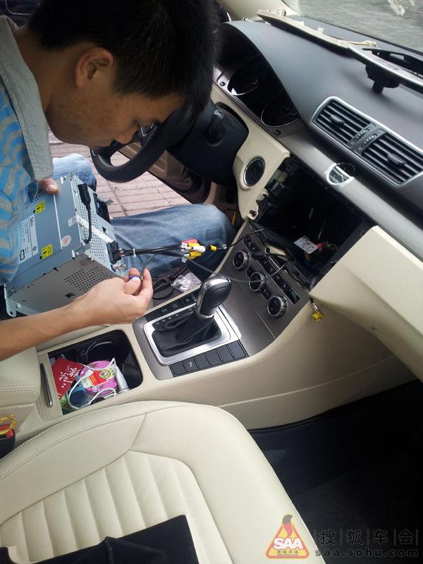 新迈腾1.8t豪华版安装导航加后翻盖摄像头作业