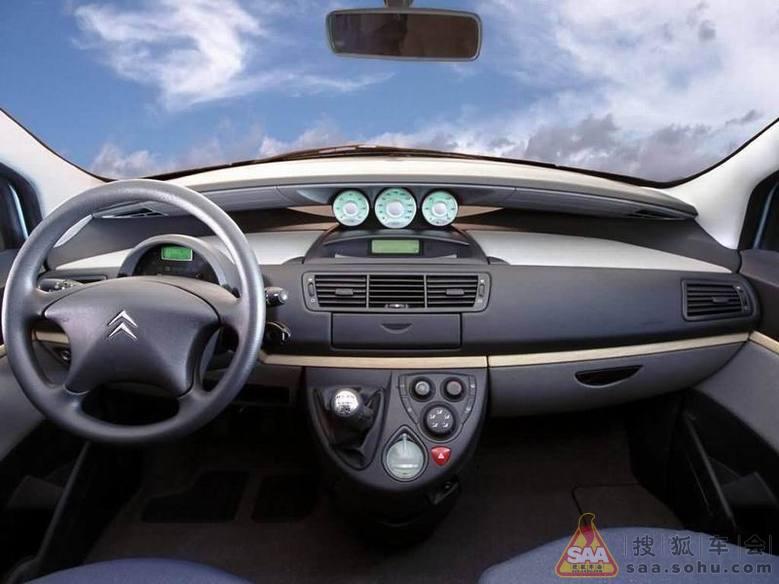 ...系列里唯一一款MPV车型,2002年的日内瓦车展,雪铁龙C8第一
