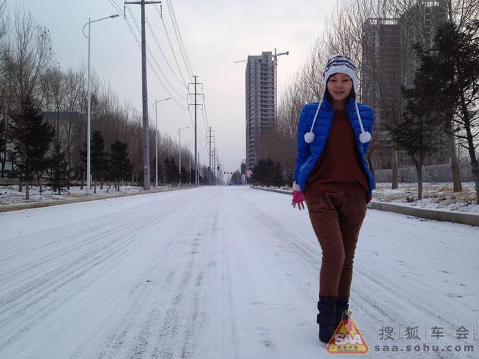 时尚的爱美女司机会在冬季穿上一双非常潮流的高跟鞋